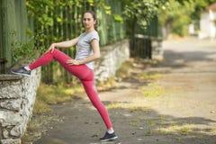Молодая женщина нагревая перед тренировкой outdoors Спорт Стоковая Фотография RF