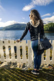 Молодая женщина наслаждаясь взглядами Норвегии Стоковая Фотография RF