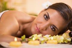 Молодая женщина наслаждаясь в салоне курорта Стоковое Изображение RF