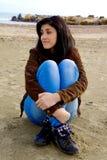 Молодая женщина наслаждаясь пляжем в осени Стоковое Фото