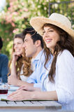 Молодая женщина наслаждаясь с ее друзьями Стоковое Изображение