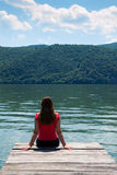 Молодая женщина на береге реки Стоковое фото RF