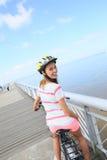 Молодая женщина на велосипеде на взморье Стоковое Изображение RF