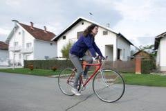 Молодая женщина на велосипеде Стоковое Изображение