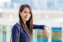 Молодая женщина на внешнем стоковые фото