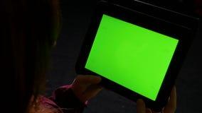 Молодая женщина на использовать ПК таблетки поздно в ноче и делать жесты удара акции видеоматериалы