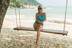 Молодая женщина на качании на пляже Стоковая Фотография RF