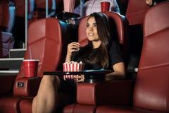 Молодая женщина на кино Стоковые Фотографии RF