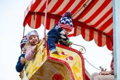Молодая женщина на колесе ferris на рождественской ярмарке Стоковые Фото