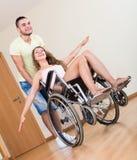 Молодая женщина на кресло-коляске Стоковые Фото