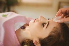 Молодая женщина на кристаллической излечивая встрече Стоковая Фотография RF