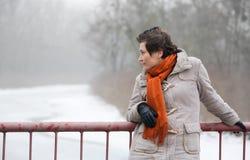 Молодая женщина на мосте Стоковая Фотография RF