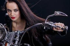 Молодая женщина на мотоцикле стоковые фото