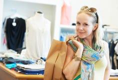 Молодая женщина на одеянии одевает покупки Стоковые Изображения
