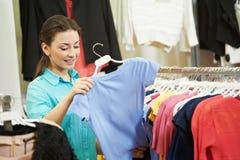 Молодая женщина на одеянии одевает покупки Стоковое фото RF