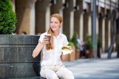 Молодая женщина на перерыв на ланч Стоковые Изображения