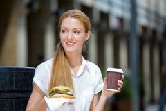 Молодая женщина на перерыв на ланч Стоковые Фотографии RF