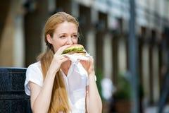 Молодая женщина на перерыв на ланч Стоковая Фотография