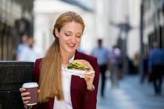 Молодая женщина на перерыв на ланч Стоковое Изображение