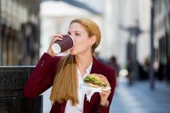 Молодая женщина на перерыв на ланч Стоковая Фотография RF