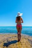 Молодая женщина на побережье острова Стоковое Изображение