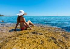 Молодая женщина на побережье острова Стоковая Фотография