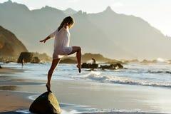 Молодая женщина на пляже в лете Стоковые Изображения RF