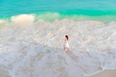 Молодая женщина на пляже в мелководье Взгляд сверху красивой девушки на seashore Стоковое Изображение RF