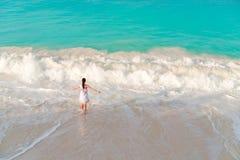 Молодая женщина на пляже имея много потеху в мелководье Взгляд сверху красивой девушки на seashore в свете sofft Стоковая Фотография