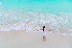 Молодая женщина на пляже имея много потеху в мелководье Взгляд сверху красивой девушки на seashore Стоковые Изображения