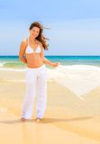 Молодая женщина на пляже океана Стоковая Фотография