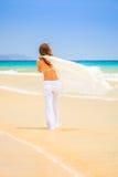 Молодая женщина на пляже океана Стоковое фото RF