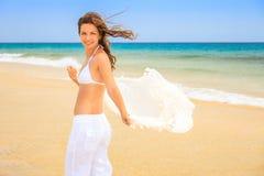 Молодая женщина на пляже океана Стоковое Изображение