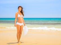 Молодая женщина на пляже океана Стоковые Изображения