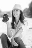 Молодая женщина на пляже с камерой в руке Стоковые Изображения RF