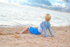 Молодая женщина на пляже стоковая фотография rf