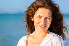 Молодая женщина на пляже Стоковая Фотография