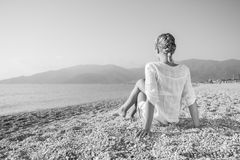 Молодая женщина на пляже Стоковые Фото