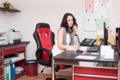Молодая женщина на работе как работник службы рисепшн Стоковые Изображения