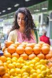 Молодая женщина на рынке Стоковое фото RF