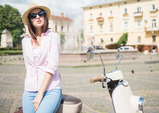 Молодая женщина на самокате Стоковые Фотографии RF
