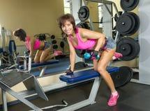 Молодая женщина на спортзале с гантелями Стоковые Изображения