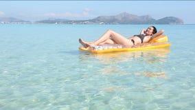 Молодая женщина на сплотке бассейна сток-видео