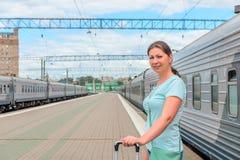 Молодая женщина на станции Стоковые Изображения