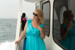 Молодая женщина на столе корабля Стоковые Фотографии RF