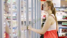 Молодая женщина на супермаркете сток-видео
