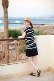 Молодая женщина на террасе с видом на море Стоковые Изображения