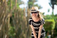 Молодая женщина на тропической улице курорта стоковое изображение rf