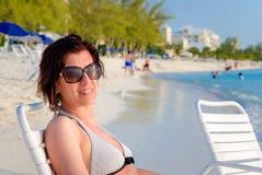 Молодая женщина на тропическом пляже на сумраке Стоковые Фото