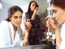 Молодая женщина на усмехаться зеркала Стоковое Фото